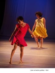 UM Gramo es una compañía de danza contemporánea itinerante, conformada por Pedro Alcalá y Alexana Jiménez