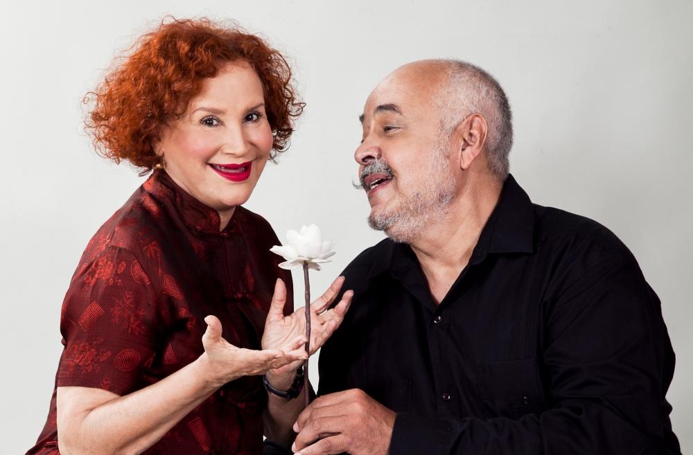ESE HUMOR Claudio y Tania enamorados con flor